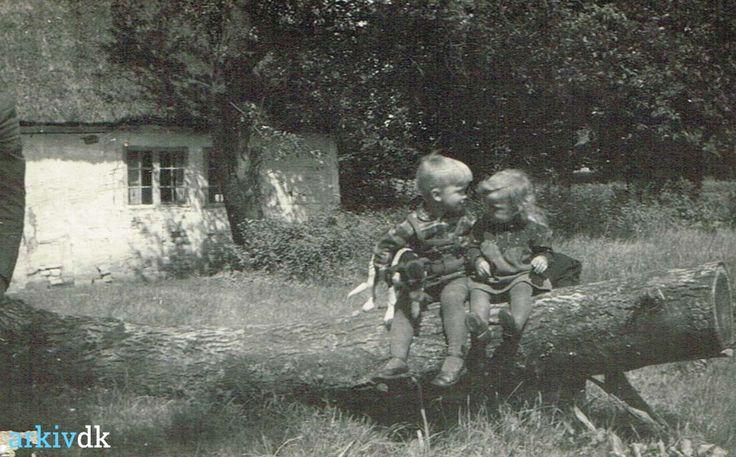 arkiv.dk   Jens Olof og Kirsten siddende på en træstamme.