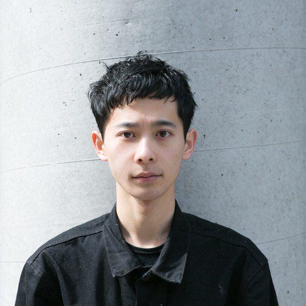沖永 大暉による重め前髪のベリーショート。スタイリングのテクニックを、有名スタイリストが伝授。
