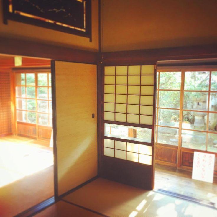 Старинный дом периода Тайсё (1912г). У меня на канале про него есть видео. https://youtu.be/23jm_do8YR0 Иногда прихожу сюда, чтобы просто отдохнуть и подумать о своем. Это место каким-то чудесным образом успокаивает. 東京の墨田区にある大正時代の家屋 Old Japanese house, period Taisyou (1912) #japan #tokyo #house #japanese #old #window #sumida #history #travel #trip #日本 #東京 #墨田区 #家 #家屋 #大正時代 #歴史 #旅行者 #旅行 #япония #токио #сумида #дом #японский #история #ставни #путешествие #путешественник