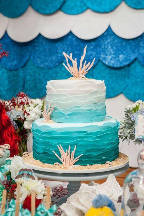 Com o sucesso de bilheteria de Procurando Dory – a mais nova animação da Disney Pixar, e continuação do marcante Procurando Nemo –, nada mais natural que a peixinha azul tão querida pelas crianças esteja super em alta. Uma festa de aniversário com decoração da Dory, além de original, pode ficar incrível. Para te inspirar e ajudar a montar uma festa do fundo do mar, separamos algumas ideias (incríveis) do Pinterest. Dá uma olhada!