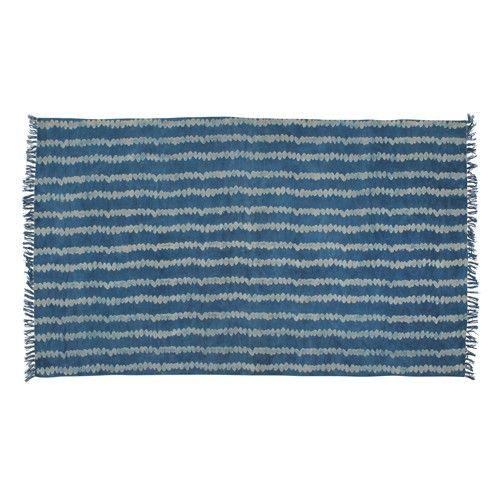 Dit vloerkleed is met de hand bedrukt op een prachtige denim blauwe kleur, wat een rauw randje geeft aan ieder interieur.