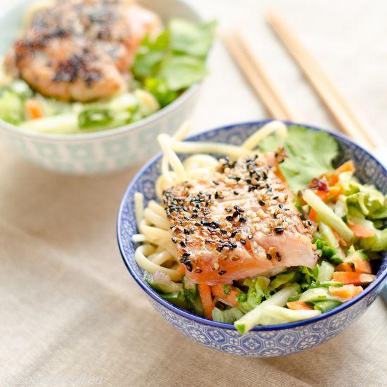 Saumon mi-cuit au sésame, salade asiatique, et nouilles tamarin-cacahuètes : la recette facile