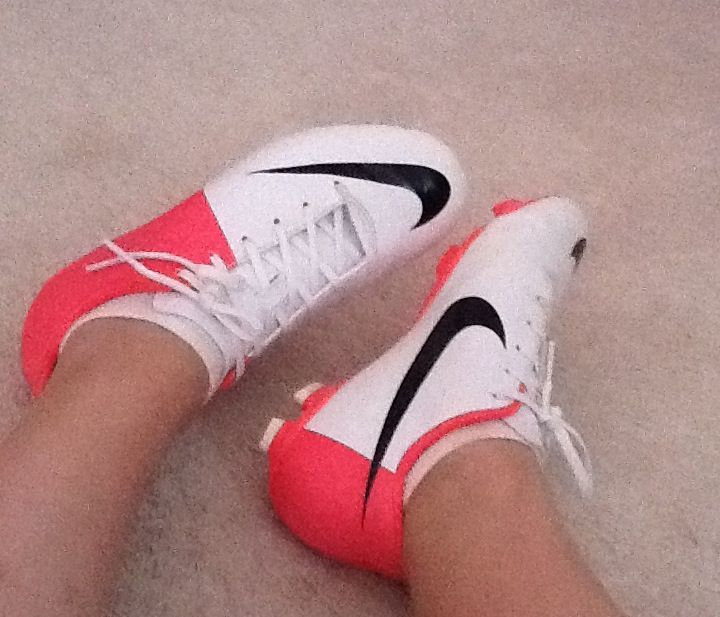 Soccer cleats nike pink