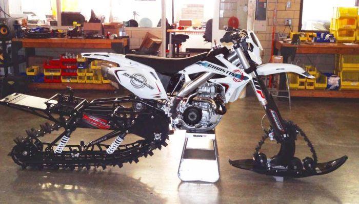 Мотоцикл-вездеход Christini AWD II, для которого и зима не преграда http://kleinburd.ru/news/motocikl-vezdexod-christini-awd-ii-dlya-kotorogo-i-zima-ne-pregrada/  Новый сноубайк для любителей погорячее. Зима – не лучшее время для такого вида транспорта, как мотоцикл. От снега, льда и сильного ветра порой не защищает даже тёплая одежда и мотоциклетные шлемы, на и безопасность стремится к нулю – уж очень неуверенно чувствует себя байк на зимней дороге. Группа дизайнеров попыталась сделать…