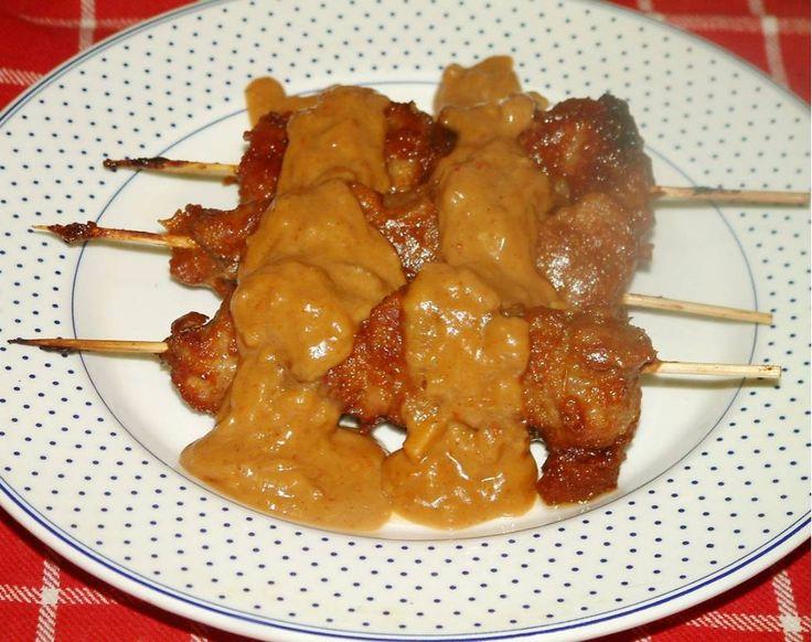 Een snelle pindasaus, maar wel mijn lekkerste pindasaus voor varkens-saté. Kan ook op BBQ. Zien ook mijn artikel:  Nasi of bami speciaal
