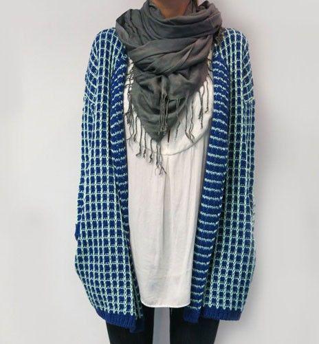Chaqueta azul marino y celeste, con una mezcla en el estampado y tejido, abrigada y perfecta para el frío.