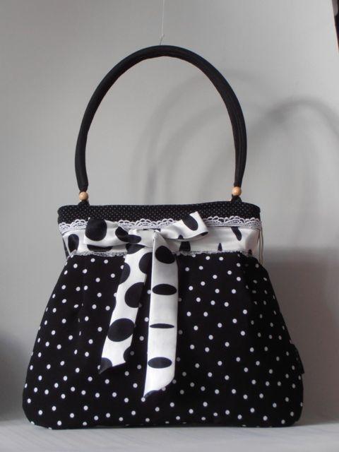 Fekete-fehér, háromféle pöttyös nõi táska, megkötõvel