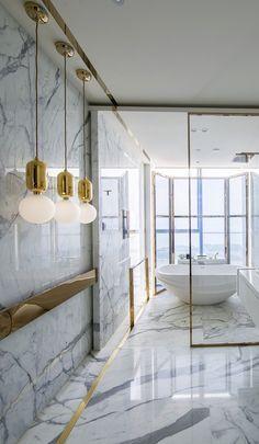 One Shenzhen Bay é um conjunto de arranha-céus em construção em Shenzhen, Guangdong, na China. A renomada empresária e designer de interiores Kelly Hoppen MBE concebeu quatro apartamentos em um dos mais procurados e exclusivos endereços deShenzhen, todos elegantes, sofisticados e com foco no mais alto luxo, o que caracteriza os projetos assinados pela designer.… Leia mais One Shenzhen Bay – Kelly Hoppen