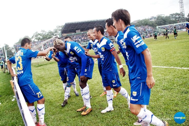 Persib vs Persiwa : M. Ridwan celebrate his goal with teammates.
