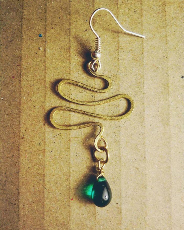 Orecchino in ottone battuto e perlina in vetro; Per sapere il prezzo visitate la pagina facebook, https://www.facebook.com/creazionirame/ #orecchini#rame#wire#artigianato#perline#gioielli#bijoux#handmade#earrings