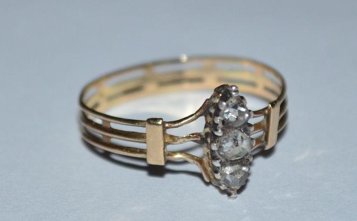 Online veilinghuis Catawiki: Geelgouden antieke ring bezet met 3 roosgeslepen diamanten, totaal 0.17 ct