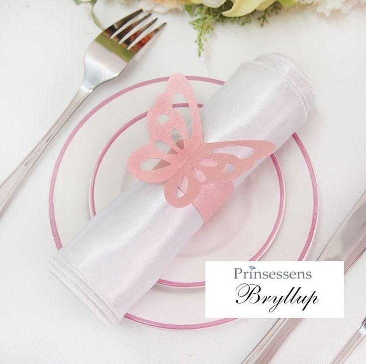 Smuk og romantisk sommerfugl servietring af lys pink karton med perlemor/metallic glans. Foldes ganske enkelt rundt om servietten.