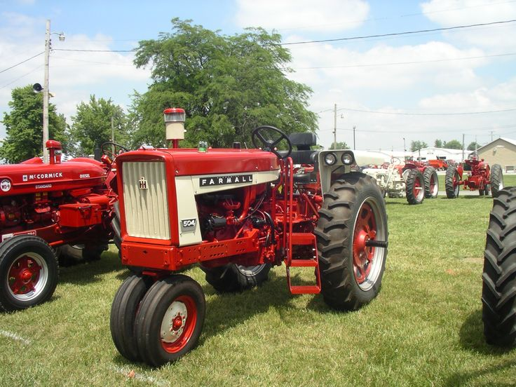 Farmall 504 with correct fenders, but wrong color. They should be red instead of white.