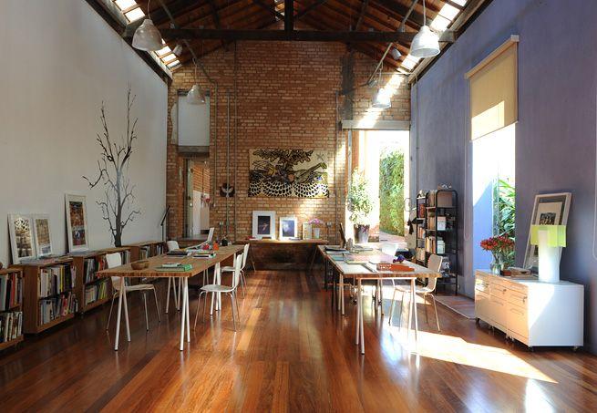 O escritório da arquiteta Maria Luiza Correa, da M Arquitetura, fica num galpão com iluminação zenital de telhas de vidro, tesouras aparentes e aberturas para o paisagismo de Raul Pereira