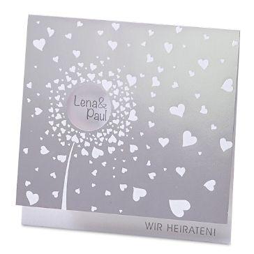 Verspielte Hochzeitseinladung in Silber mit schimmernden Herzen.