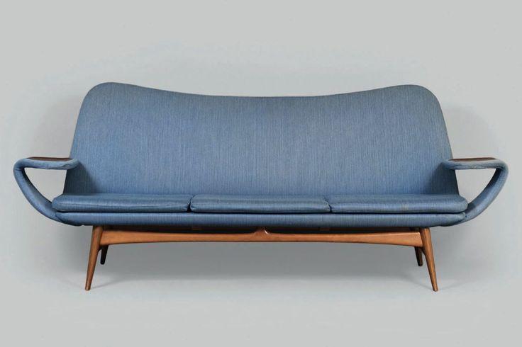utopiaretromeodern.com - designer:  Rastad & Relling, produsent: Dokka Møbler , periode: 1956, «Silhouette» modell 500 tynnpolstret sofa trukket i ullstoff fra Sellgren, produsert av Dokka Møbler fra ca. 1956.