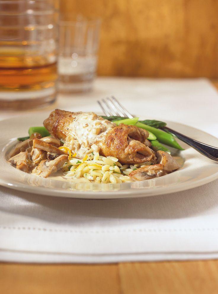 Recette du chef Ricardo. Recette de veau avec une sauce forestière au whisky. Avec des échalotes, des champignons, de la crème. Une recette à servir avec des légumes et des pâtes.