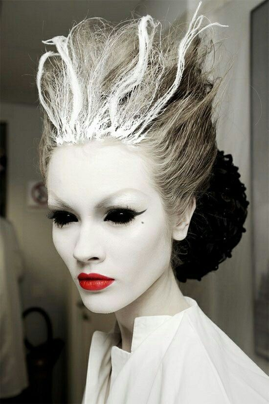 Inspiration makeup, astartige weiß gefärbte strähnen im haar