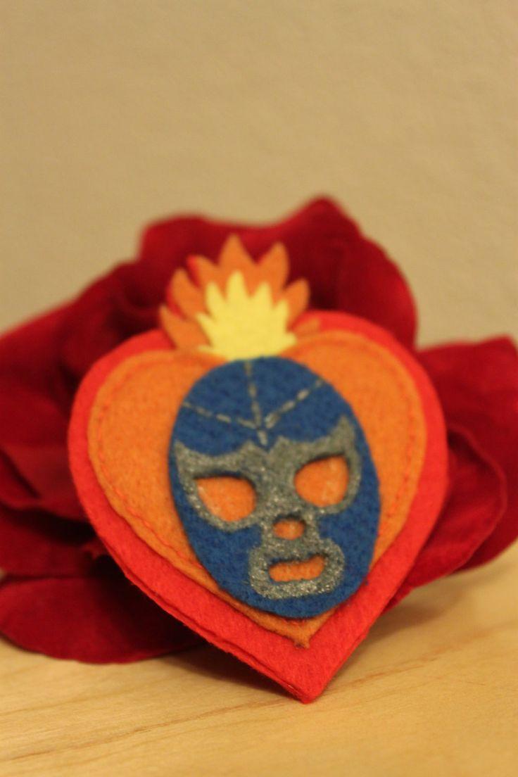Broche Sagrado corazón con luchador mexicano.. €5,00, via Etsy.