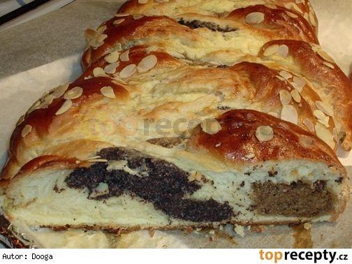 Trojbarevný cop 2--- Suroviny:  Těsto: 500 g polohrubé mouky 250 ml mléka 100 g másla 70 g moučkového cukru 3 žloutky 42 g (1 kostka) droždí muškátový oříšek sůl 1 vejce na potření mandlové lupínky na posypání  Ořechová náplň: 100 g cukru krupice 50 g sušeného mléka 100 ml vody 200 g umletých vlašských ořechů  Maková náplň: 60 g cukru krupice 25 g sušeného mléka 100 ml vody 100 g umletého máku 1 PL másla  Tvarohová náplň: