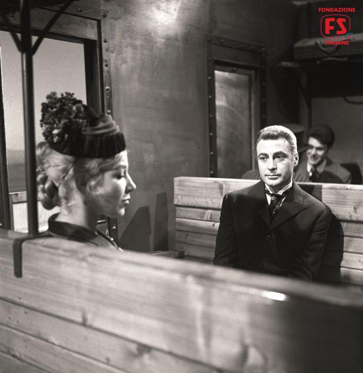 """Armando Francioli e Cosetta Greco all'interno di una carrozza d'epoca ricostruita in studio per """"Il Romanzo di un maestro"""" (1959)."""