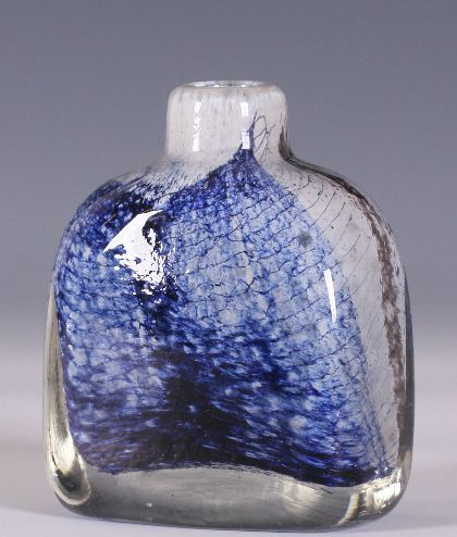 Benny Anette MOTZFELDT (1909-1995) Vase i kunstglass, sign. -74. (H:12cm)