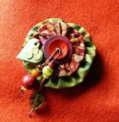 Some lovely yoyo brooch ideas here. spilla base jojo