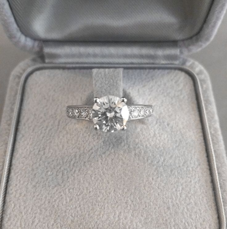 Solitaire en platine sertie d'un diamant de centre d'1.30 carat, diamants de pavage #engagement #ring #diamond #bague #fiançailles #joaillerie