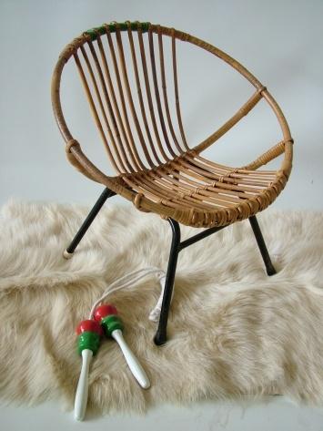Zulke twee stoeltjes stonden bij ons thuis op de ' meisjeskamer, ' pal voor het 'boekenschap'