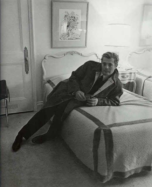 Marcello Mastroianni in his New York City hotel (1963, Arbus