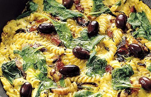 Pasta-pekoni-fetamunakas oliiveilla maistuu varmasti.