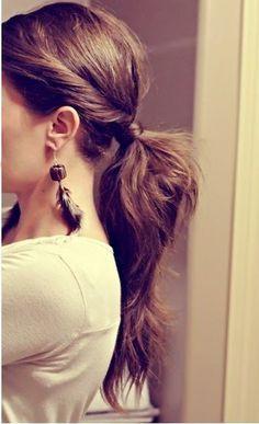 サイドの髪をねじってからひとつ結びすれば、顔周りがスッキリするので、無造作ヘアでも清潔感が出せます。