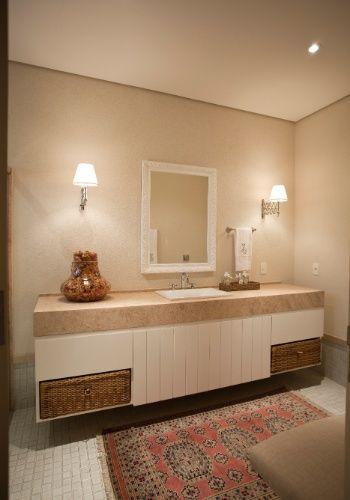 A casa assinada por Maurício Karam tem quatro banheiros semelhantes. Neles, as pastilhas 4 x 4cm com bordas envelhecidas Jatobá fazem o revestimento do piso e boxe. Limestone para tampos e pintura sobre emboço em paredes rústicas são combinados aos gabinetes de lambris ripados, cuba Incepa e metais Deca. O projeto arquitetônico é de Maurício Karam