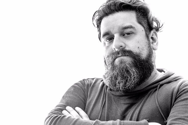 Hace rato que no me hacía un autorretrato. ISO 100, 50mm, f/1,8, 1/60s #beard #selfie #instachillan #instachile #chilegram #blackandwhite #highcontrast #lowkey #nikon #sinfiltro #portraitpage