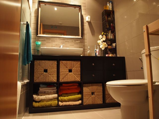I'd love to have this, even custom made in my bedroom small bathroom! Great idea! Piratas de Ikea: Expedit como mueble bajolavabo