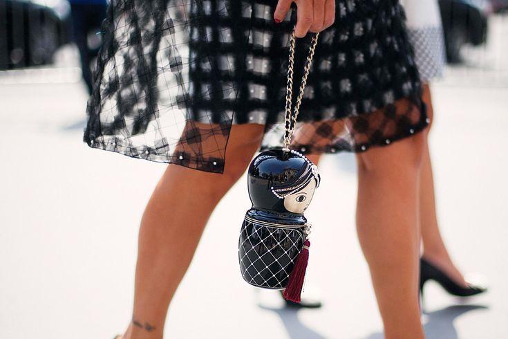 """Un accesorio que ha causado furor en el mundo del """"Street Style"""" es el bolso """"Matryoshka"""" de Chanel; bolso que imita a una muñeca rusa de su colección pre-fall 2009 Paris-Moscow."""