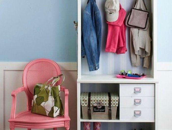 comment decorer un couloir en bleu pastel, blanc et rose, armoire IKEA blanche ouverte, chaise vintage peinte en rose, tapis en vert menthe, beige et jaune