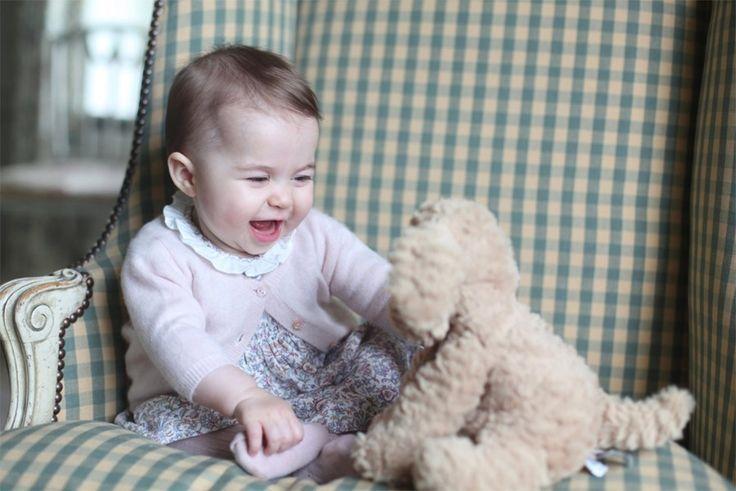 Kate Middleton deelt nieuwe foto's van prinses Charlotte - Gazet van Antwerpen: http://www.gva.be/cnt/dmf20151130_01996426/prinses-kate-deelt-foto-s-van-charlotte