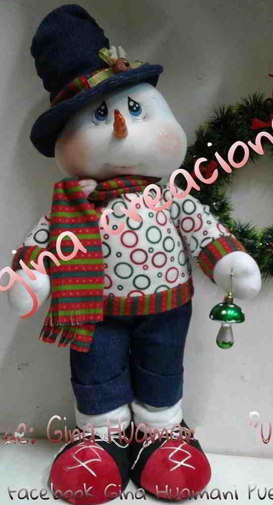 Este muñeco de nieve sabe vestirse a la moda pero siempre tendrá algún sombrero para no perder la costumbre, después de todo, elegancia y modernidad pueden combinarse muy bien.