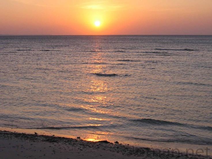 Meet Antique: sunset along the beaches of Poblacion, Caluya, Antique. Image from: flickr.com/photos/ernanbaldomero