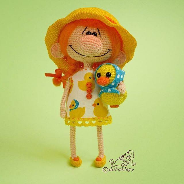 Девчуля в шляпочке и утя в платочке. Скоро лето. ❤️