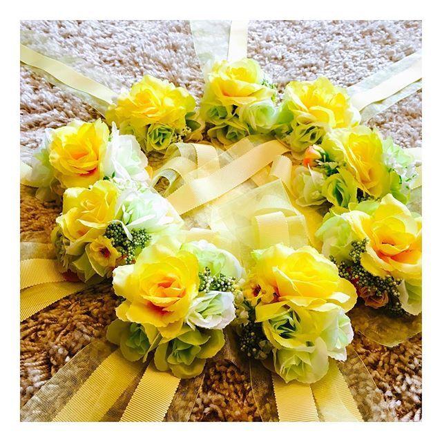ブライズメイドちゃん用の リストブーケ作りました ちかさんからいただいたものを参考に、 木馬リボンに100均のお花を装着✨✨ リボンの2つ使いがお気に入り 当日はこんな感じでみんなで手を円にして写真撮ってもらいたいな 喜んでもらえるといいな #結婚 #結婚式  #ブライダル #ウェディング #プレ花嫁 #愛知プレ花嫁 #結婚式準備 #結婚式diy #リストブーケ #ブライズメイド #ウェディングドレス #2016秋婚 #ウェディングアイテム #ウェルカムアイテム #木馬 #木馬リボン #mokuba