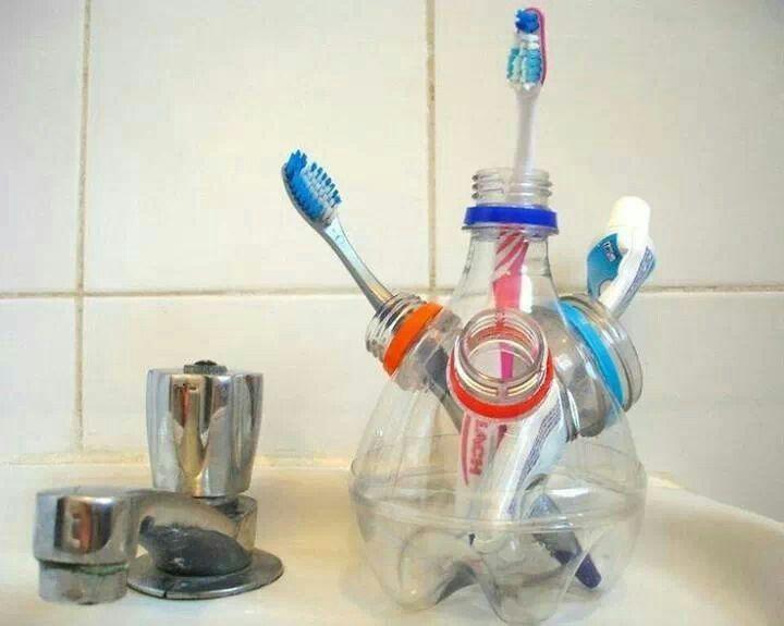 Con pet y un poco de pegamento se puede hacer este lindo organizador para los cepillos dentales.