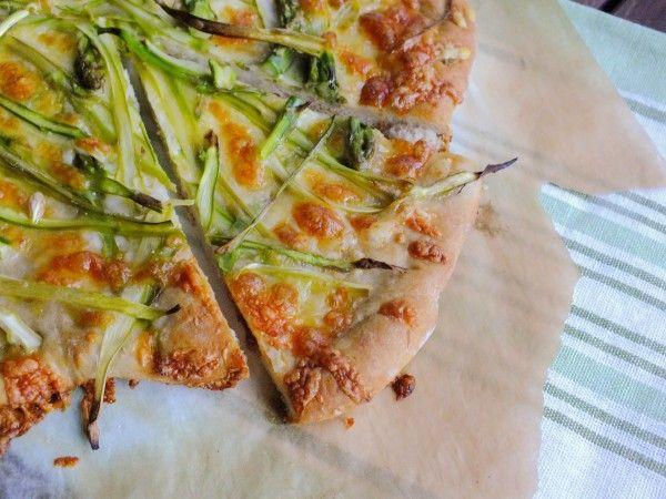 Настроение для Еды - Пицца из цельнозерновой муки со спаржей и сыром ПармезанИнгредиенты для теста:  · 300 гр цельнозерновой муки + может понадобиться еще немного · 240 мл теплой (в идеале 35-40 градусов) воды · 1 ст.л. оливкового масла · 1 ч.л. коричневого сахара · 1 ч.л. меда · 1 ч.л. соли · 15-18 гр свежих дрожжей (либо 7 гр (2 ½ ч.л.) сухих активированных дрожжей)