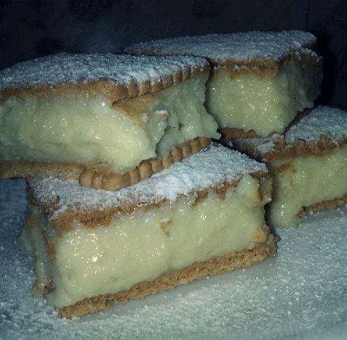 Un desert gustos, ce se prepara imediat, este deliciosul Tort rapid cu biscuiti. Crema de gris se face aproape instantaneu si se potriveste