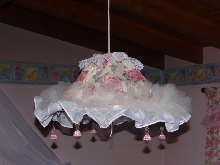Lámpara de techo con diminutos diamantes acrílicos rosados, muchos vuelos, puntillas y tules...