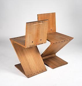 Zig Zag stoelen Iepenhout met koperen bouten en moeren Hoogte: 74,5 cm breedte: 37,2 cm diepte: 45 cm Ontwerp: Gerrit Th. Rietveld ca.1934 Producent: Gerard v.d. Groenekan, na 1945 voor Metz&Co, Amsterdam/Den Haag.  Te zien op #PAN2015 bij De Andere Tijd Modern Design