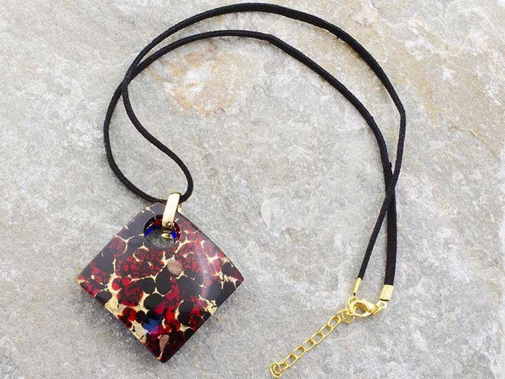 Collana pendente in vetro di Murano con piastra a rombo bombata con sfumature rosso scuro e nero. Il cordino è in alcantara di colore nero