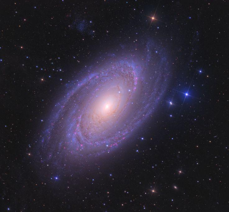 La Galassia a Spirale M81, chiamata anche Galassia di Bode, è una delle galassie più belle da osservare nel cielo stellato. Scopri come osservarla!