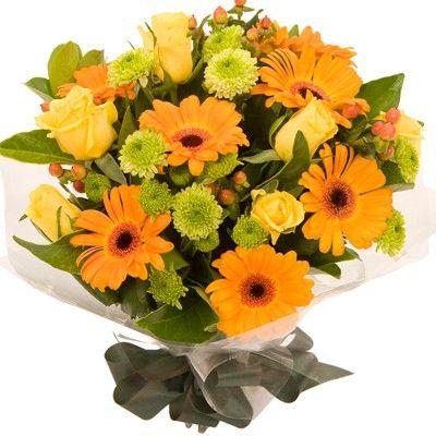 Букет состоит из 7 роз, 7 гербер, 5 кустовых хризантем, 5 гиперикумов и 1 салала  http://www.dostavka-tsvetov.com/shop/55/desc/oranzhevoe-nebo
